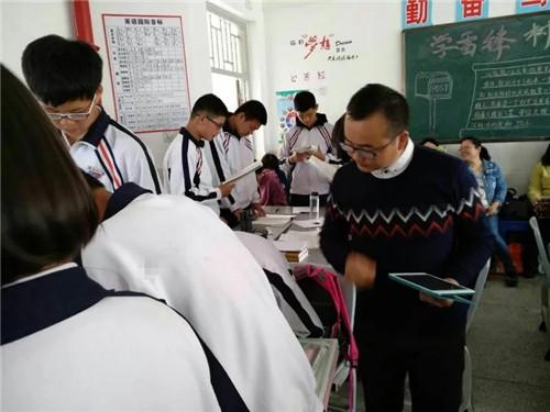 """小组合作作文_老师开启""""点唱""""模式,学生抢着进网课 - 教育资讯 - 东南网"""